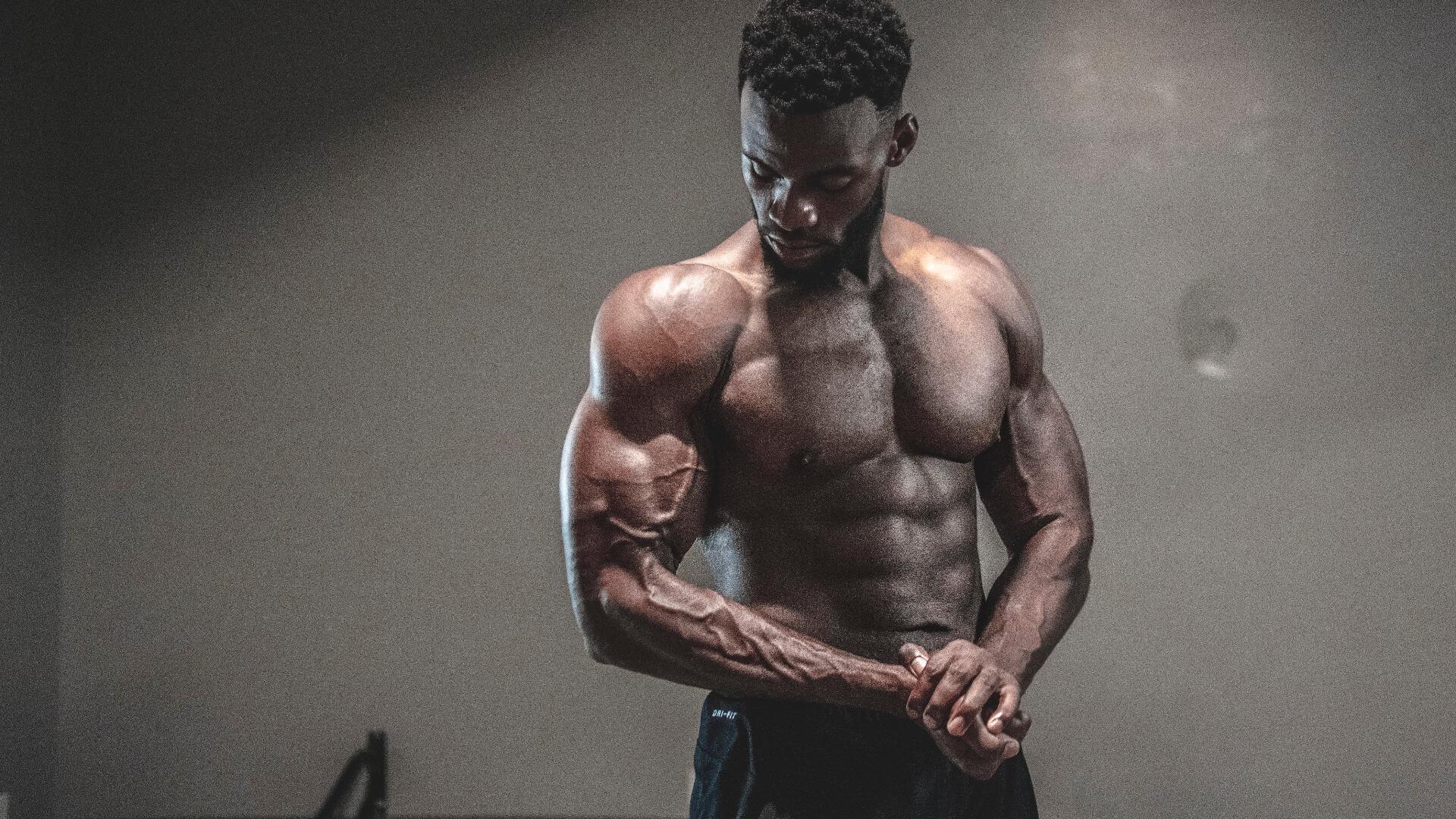 Des gros muscles avec peu de glucides!